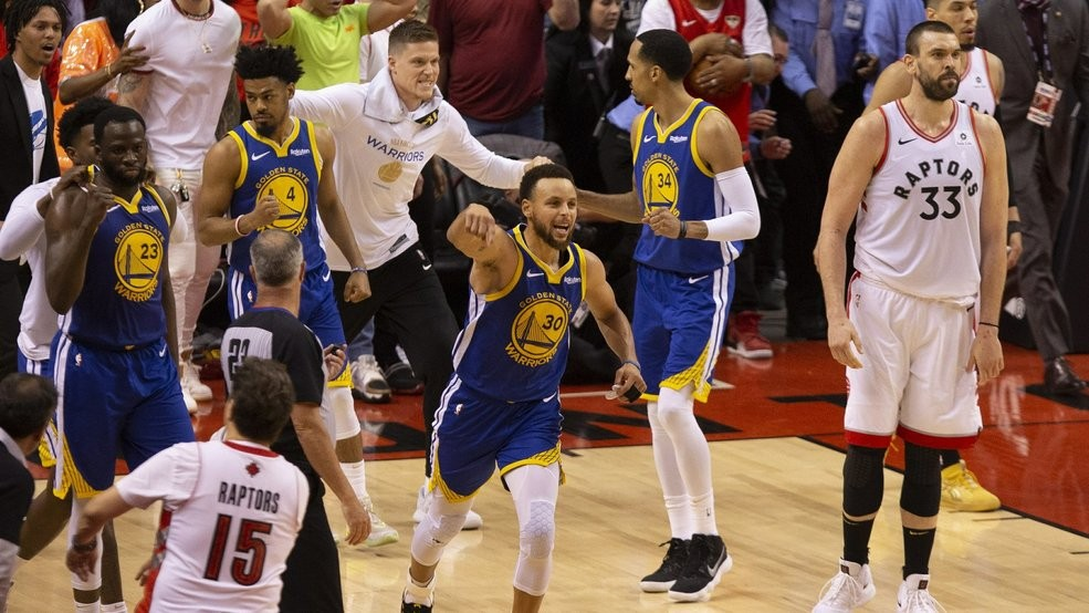 06d66be8c32 Golden State Warriors' Stephen Curry (30) celebrates at the final buzzer as  his team defeated the Toronto Raptors 106-105 in Game 5 of the NBA Finals in  ...