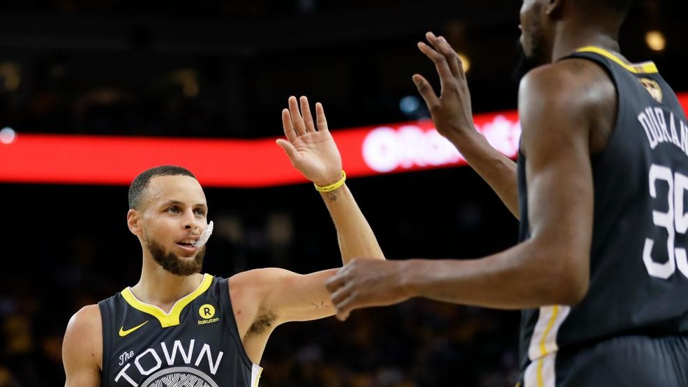 16daf45cf1e1 Steph Curry dazzles as Warriors blow out Cavs for Game 2 win in NBA Finals