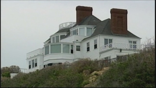 Taylor Swift Invites Fans To Rhode Island Mansion For Listening